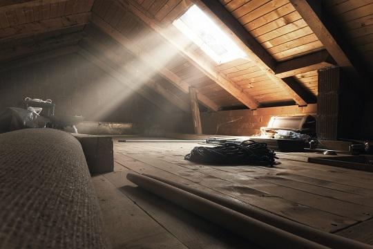 Dachboden mit dem Lichtschein durch das Dachfenster